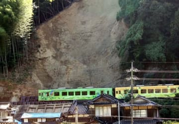 錦川清流線の全線再開に向け、土砂崩れがあった現場前の線路を走る点検列車(岩国市御庄)
