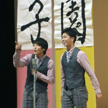 「笑顔甲子園」でグランプリを獲得した岡島晃佑さん(左)と岸翔大さん=26日午後、愛媛県新居浜市