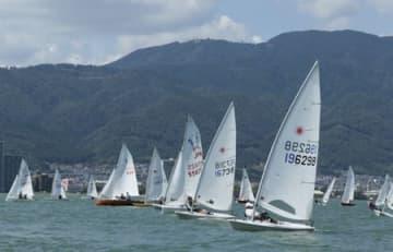 比叡山を背に、白い帆を広げ、一斉にスタートするヨット(26日午後1時5分、大津市柳が崎沖の琵琶湖)