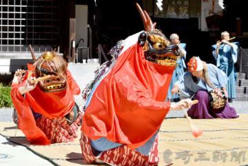 舞が披露された「三峰の獅子舞」=26日午前、秩父市三峰の三峯神社