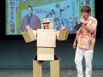 司会のヤセ騎士さん(右)から手応えを聞かれて意気揚々と答えるロボレンジャーロボ=埼玉県富士見市鶴馬の「キラリ☆ふじみ」