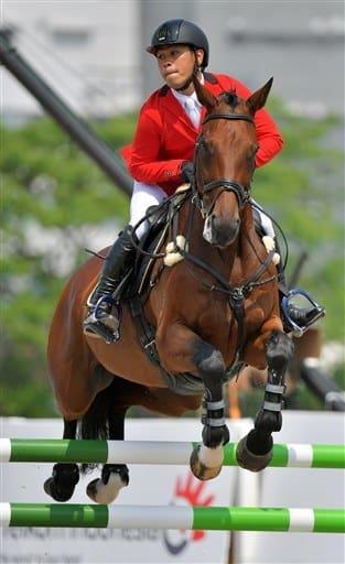 愛馬デラーゴに騎乗し障害に挑む平永=ジャカルタの国際馬術場(高見伸)