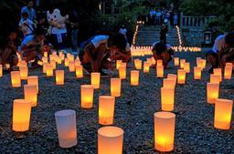 境内に広がった灯籠が幻想的な雰囲気を醸し出した=播州清水寺