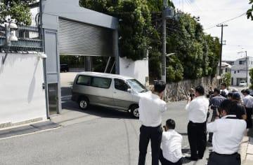 8月20日、車が出入りする山口組総本部=神戸市