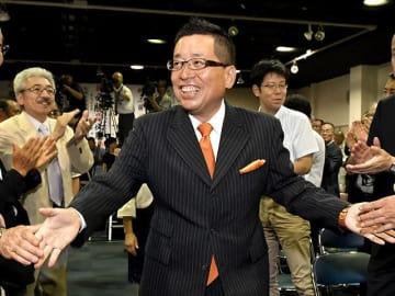 高山市長選で3選を果たし、支持者から祝福される國島芳明氏=26日午後10時26分、同市問屋町の選挙事務所