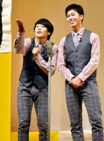 第8回笑顔甲子園で軽妙な掛け合いの漫才を披露し、グランプリに輝いた「アンドロイド」の岡島晃佑さん(左)と岸翔大さん=26日午後、新居浜市繁本町