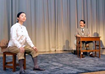 夏目漱石と正岡子規の手紙のやりとりを表現した演劇を披露する漱石アンドロイド(右)=26日午前、東京都千代田区