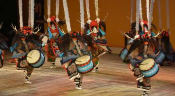 勇壮な舞を披露する花巻農鹿踊り部の生徒たち=26日、東京・国立劇場