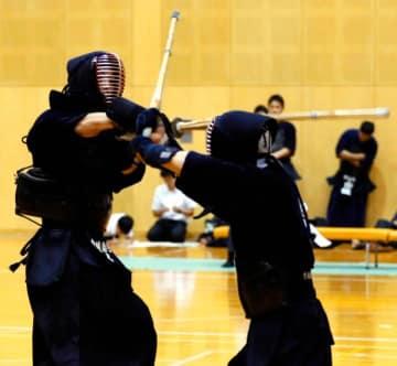 決勝で得意の面を繰り出す県警・村上泰彦(左)=県総合運動公園補助体育館