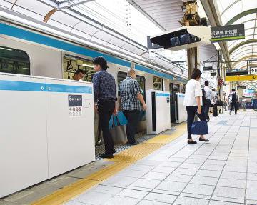 10日から運用されているホームドア(20日、桜木町駅)