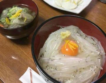 ウズラ卵を落とした生シラウオ丼。大洗の生シラス丼に負けないおいしさと評判