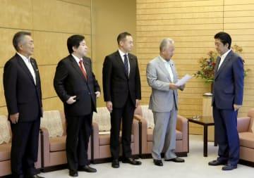 自民党総裁選で首相を支持する麻生派の甘利明氏(右から2人目)らから政策提言を受け取る安倍首相(右端)=27日午前、首相官邸