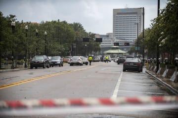 警察により封鎖された銃乱射事件現場近くの道路=26日、米フロリダ州ジャクソンビル(AP=共同)