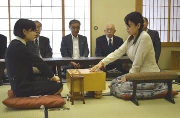 初手を指す上川香織女流二段(右)。左は石本さくら女流初段