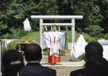 長慶天皇の墓と伝わる「三婆羅塚」の前で舞を奉納するみこ