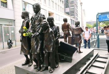 ベルリンのフリードリヒ通り駅前にある「生への列車 死への列車」と名付けられた子どもたちの銅像=6月(共同)