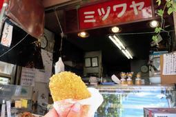 開店当初から人気商品だったという、ミツワヤのコロッケ=8月23日午後3時18分、神戸市垂水区塩屋町3
