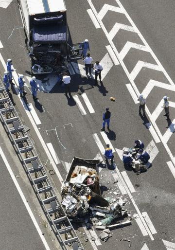 千葉東金道路上り線の事故で大破した車両=27日午前9時33分、千葉市若葉区(共同通信社ヘリから)