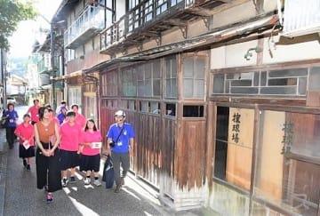 下仁田高の生徒と下仁田町の中央通りを散策する山田さん(前列左)