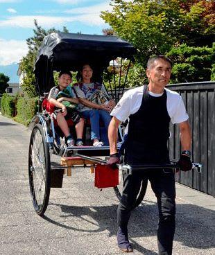 人力車で弘前市仲町保存地区の趣ある武家屋敷を巡る観光客