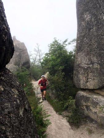 巨岩に囲まれた人気の縦走ルート(栗東市、近江湖南アルプストレイルラン実行委提供)