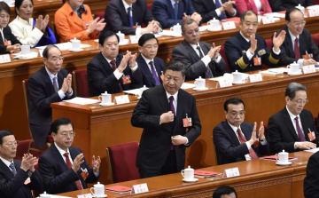 中国全人代の閉幕式で演説に向かう習近平国家主席(中央)=3月、北京の人民大会堂(共同)