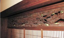 鳳凰の透かし彫りを施した欄間