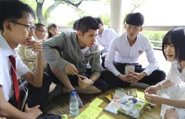 意見交換する日本と北朝鮮の大学生=25日、平壌(共同)