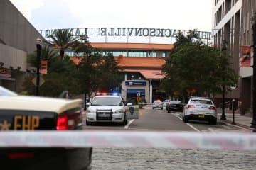 26日、銃乱射事件が起きた米南部フロリダ州ジャクソンビルのショッピングセンター付近(ロイター=共同)