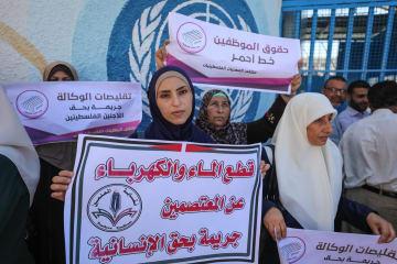 UNRWAの職員削減方針を受け、抗議する職員ら=6日、ガザのUNRWA事務所前(ゲッティ=共同)