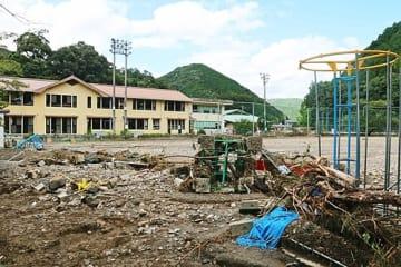 【大量の土砂や流木が流れ込んだ本宮小学校のグラウンド。フェンスや遊具がなぎ倒された(25日撮影、和歌山県田辺市本宮町耳打で)】