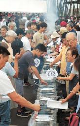 大勢の買い物客らが詰め掛けた祭り会場