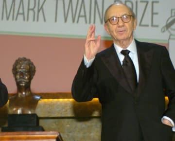 8月26日、ブロードウェイを代表する米劇作家、ニール・サイモン氏が、肺炎の合併症のためニューヨークの病院で死去した。91歳だった。写真は2006年10月撮影 - (2018年 ロイター/Mike Theiler )