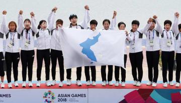 カヌー・スプリント女子のトラディショナルボート500メートルで金メダルを獲得した南北合同チーム「コリア」=パレンバン(共同)