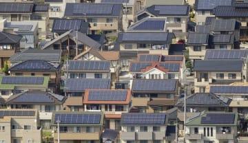 住宅の屋根に取り付けられた太陽光発電のパネル=2013年5月、群馬県太田市