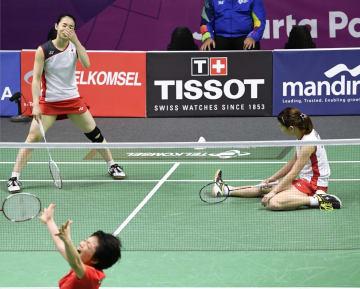 女子ダブルス決勝で中国ペアに敗れた高橋礼(右)、松友組=ジャカルタ(共同)