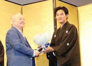 映画「泣き虫しょったんの奇跡」の公開直前試写会に登場した松田龍平さん(右)と加藤一二三九段