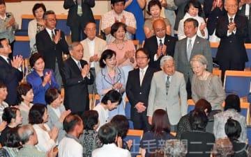 コンサート会場に到着し、拍手で迎えられる天皇、皇后両陛下=27日午後5時10分ごろ、草津音楽の森国際コンサートホール(代表撮影)
