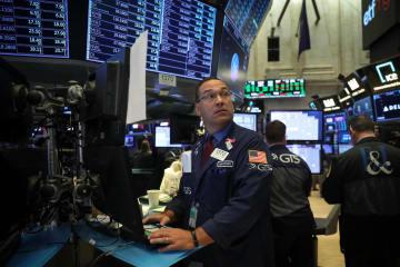 米国とメキシコの北米自由貿易協定(NAFTA)合意で、終値が2万6000ドル台を回復したニューヨーク株式市場=27日(ゲッティ=共同)