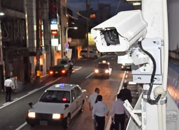片町中心部の交差点に増設された防犯カメラ=8月27日夜、福井県福井市順化1丁目
