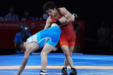 アジア選手権優勝のカン・クンソン(北朝鮮)を攻める高橋だったが…