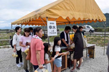 「彦根梨」を求める買い物客(彦根市石寺町・JA東びわこファーマーズマーケット美浜館)