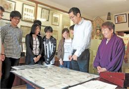 藩制時代の様子を描いた絵図について東北大生たちに説明する大江住職(右)