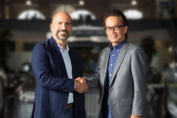 Uber社CEOのダラ・コスロシャヒ氏とトヨタ副社長の友山茂樹氏