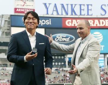日本での野球殿堂入りを祝う式典に出席した元ヤンキースの松井秀喜氏。右はキャッシュマンGM=27日、ニューヨーク(共同)
