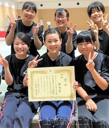 4位に入賞して喜ぶ山口主将(前列中央)ら本県チームのメンバー