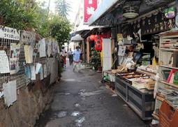 狭い小径に店が連なる商店街のメインストリート=神戸市垂水区塩屋町3