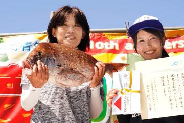 3.85キロのタイを釣り上げ優勝した叶さん(左)=鳴門市の亀浦観光港