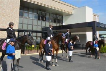 馬に乗ってあさぎり町役場を訪ねた南稜高馬術部のメンバー=同町