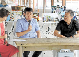 「エキストラの皆さんに地元の歌を歌っていただき、ありがたかった」と話す浜口監督(中央)と桜井さん